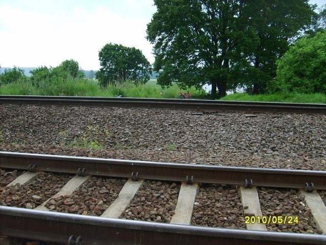 Tory kolejowe kolo Odry (Nietków), w tym miejscu w 1997 r. byl przejazd i mozna bylo wjechac aby usypywac wal - dziś tego przejazdu nie ma