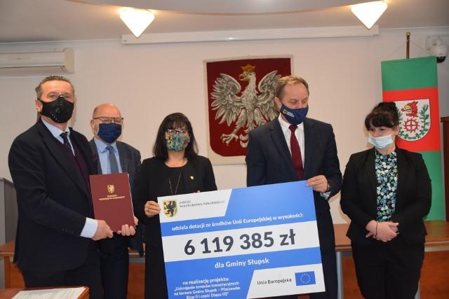 Symboliczną tablicę z kwotą dotacji trzymają: Barbara Dykier, wójt gminy Słupsk i Mieczysław Struk, marszałek województwa pomorskiego.