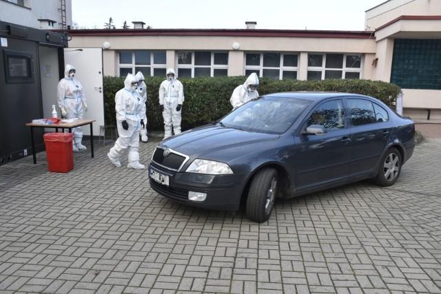 Radomscy terytorialsi przyjmują pacjentów w punkcie poboru wymazów drive-thru przy ulicy Lubelskiej.