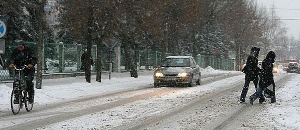 Trudno się porusza po zaśnieżonych ostrołęckich ulicach i chodnikach.