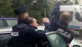 Uwaga! TVN: Funkcjonariusze z pięciu radiowozów kontra 46-latek bez maseczki. Co naprawdę wydarzyło się podczas interwencji?
