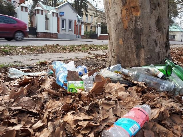 Zaśmieconych miejsc jest w Łodzi mnóstwo. Właściwie nie ma skweru czy trawnika, który nie wymagałby uprzątnięcia.