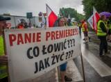 """""""To krzyk rozpaczy"""" - mówili protestujący we Władysławowie rolnicy i armatorzy, którzy zablokowali wjazd na Półwysep Helski. Zdjęcia, wideo"""