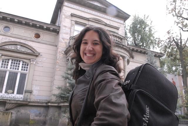 Jessica Merstein, mieszka w Zawadzie, studiuje na II roku germanistyki na Uniwersytecie Zielonogórskim, uczy się w IV klasie szkoły muzycznej II stopnia.