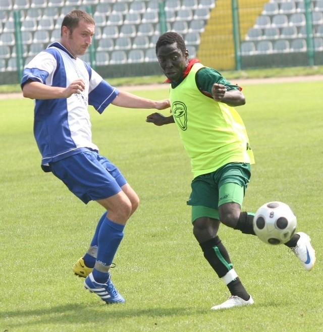 Nigeryjczyk Ifeanyi Nwachuwku (z piłką) nie przekonał do siebie trenera Stali Stalowa Wola, Sławomira Adamusa.