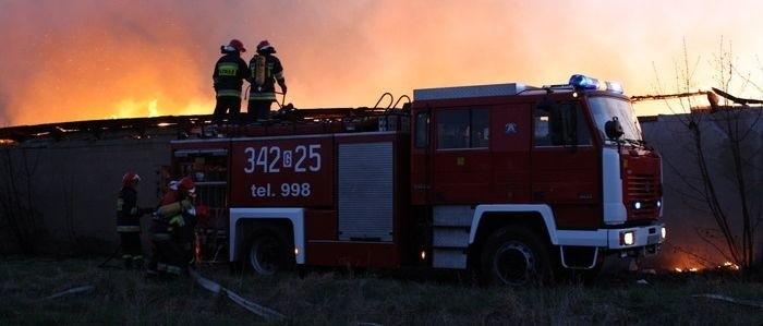 Kilka wozów strażackich próbowało wczoraj ugasić pożar kurnika.