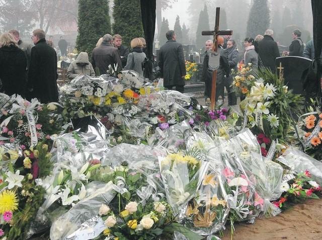 Około 300 osób zjawiło się w środę na cmentarzu w Kostrzynie. Pożegnali panią Mirosławę, która zginęła 3 listopada.