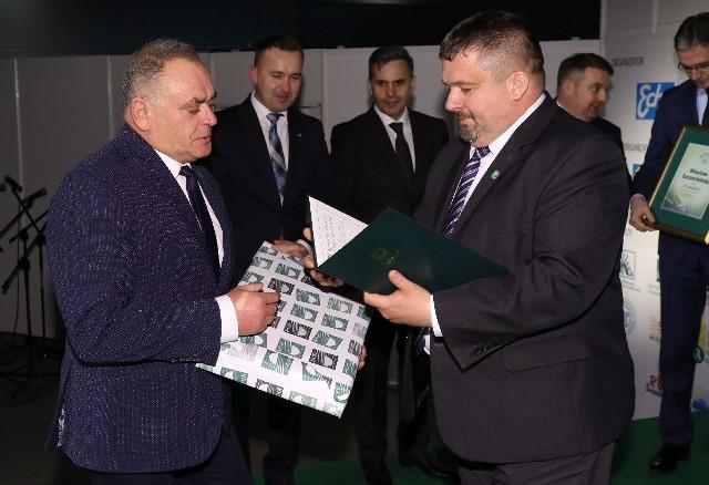 Wiesław Szczerbiński otrzymał nagrodę od Tomasza Kuśnierka, zastępcy dyrektora Świętokrzyskiego Oddziału Regionalnego Agencji Restrukturyzacji i Modernizacji Rolnictwa w Kielcach.