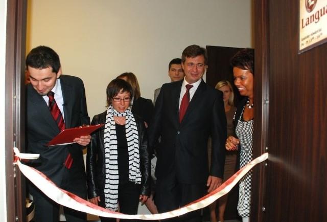 Podczas otwarcia Elite Language School wstęgę przecięli od lewej: Grzegorz Zgrzebnicki, właściciel szkoły, Katarzyna Zapała, wiceprzewodnicząca rady miasta, Sławomir Kopyciński, poseł na Sejm RP oraz Joanna Grzela, wiceprzewodnicząca rady miasta.