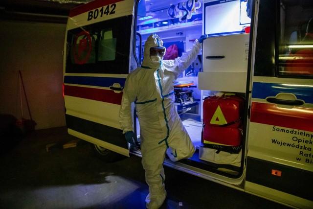 Ratownicy medyczni jadący do pacjenta, który mógł mieć kontakt z koronawirusem, są ubrani w strój ochronny. Ważne, by w czasie rozmowy z dyspozytorem pogotowia pacjenci nie zatajali takich informacji.