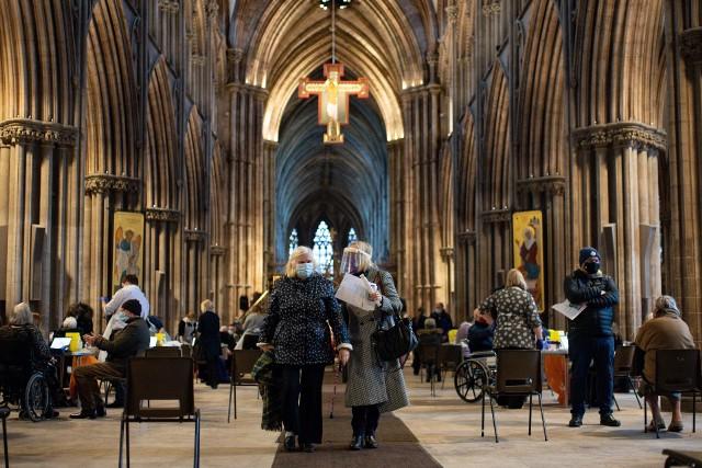 Szczepienie na Covid-19 w katedrze w Staffordshire w Wielkiej Brytanii
