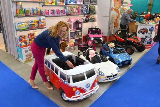 Miniatury prawdziwych samochodów, sterowane pilotem to najpopularniejszy prezent dla dwulatka - mówi Dorota Ziajko.