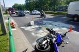 Poznań: Wypadek na skrzyżowaniu Promienistej i Jawornickiej bus zderzył się z motocyklem. Kierujący motorem jest ranny