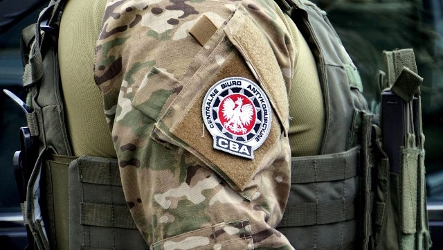 Funkcjonariusze z Delegatury CBA w Warszawie prowadzą wspólnie z Prokuraturą Regionalną we Wrocławiu śledztwo dotyczące posługiwania się podrobionymi dokumentami i w oparciu o nie wszczynania procedury egzekucyjnej w celu odzyskania nieistniejących w rzeczywistości zobowiązań