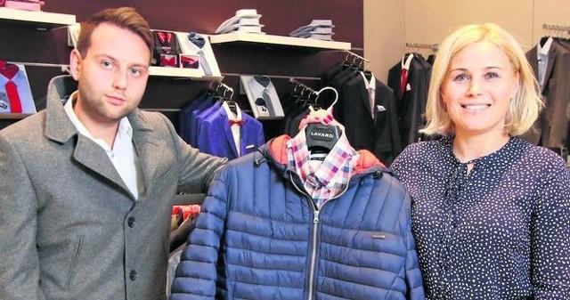 Justyna Baran i Filip Guziński z salonu Lavard mieszczącego się na poziomie 0 w Galerii Korona w Kielcach prezentują hity na nadchodzącą jesień - pikowane kurtki i elegancki płaszcze.