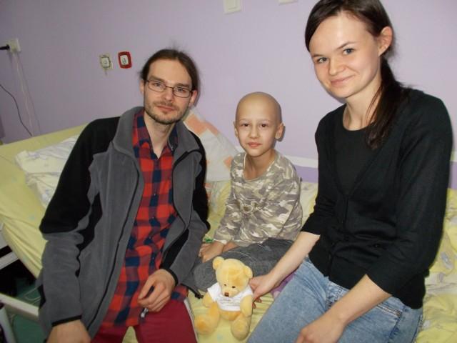 Marta Świerguła (w środku) z przedstawicielami Fundacji Mam Marzenie na dziecięcym oddziale onkologicznym w szpitalu w Katowicach - Ligocie. Wspólnie ustalili, jakie spełnić marzenie
