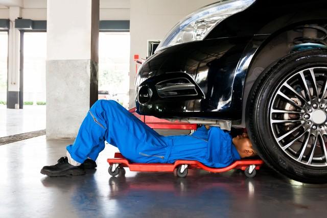 W 2019 roku za naprawę samochodu polscy kierowcy płacili średnio 505 złotych. W pierwszym półroczu 2021 roku średni koszt jednej wizyty w warsztacie wynosił już jednak 614 złotych.