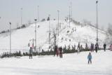 Za 4 dni szusowania na nartach na ośnieżonych stokach w Polsce 2 osoby zapłacą około 2 tys. zł.