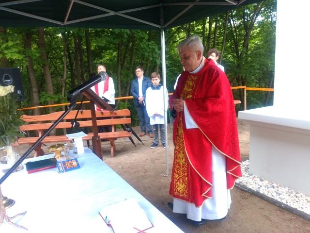 Ks. Ryszard Hirsz, proboszcz koronowskiej bazyliki, odprawił majowe nabożeństwo na wzgórzu św. Jana i poświęcił figurę