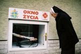 Ojciec porzucił 3-letnią córkę w oknie życia w Katowicach i zniknął. Wyszedł z dzieckiem na świąteczny spacer. Szuka go policja z Katowic