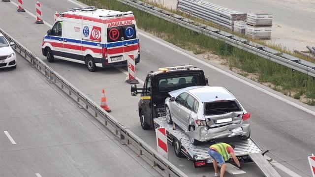 Wypadek z udziałem karetki i dwóch samochodów osobowych i karetki we wtorek (27 lipca) na autostradzie A1 na węźle Piotrków - Południe. Trzy osoby - kierowca i pasażerowie samochodów osobowych zostały przewiezione do szpitala.CZYTAJ DALEJ >>>.