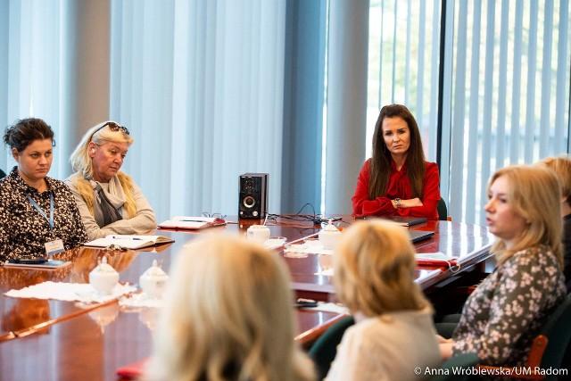 We wtorek z dyrektorami szkół spotkała się wiceprezydent Radomia Katarzyna Kalinowska, by omówić działania radomskich szkół w czasie epidemii koronawirusa.