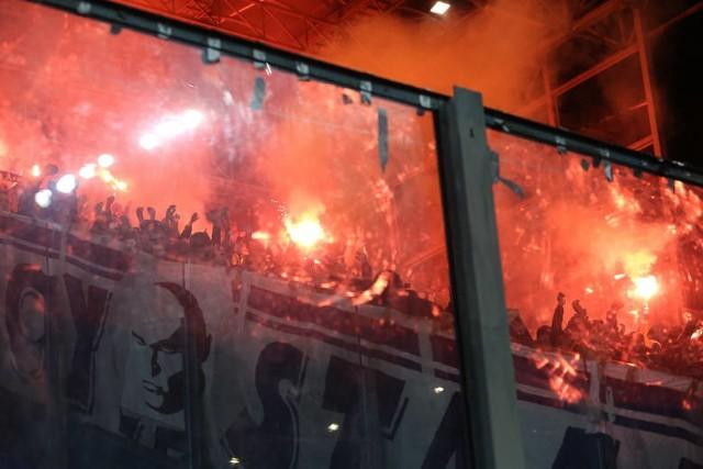 W drugiej połowie meczu pomiędzy Wisłą Kraków i Sandecją Nowy Sącz, który rozgrywał się w Krakowie, sędzia musiał na kilka minut przerwać grę z powodu rzucania przez kibiców zajmujących sektor gości.