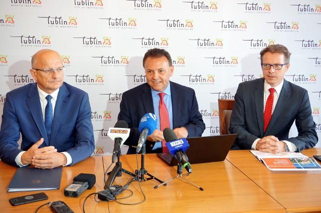 Od lewej: Krzysztof Żuk, prezydent Lublina, oraz Witold Orłowski i Dionizy Smoleń z PwC