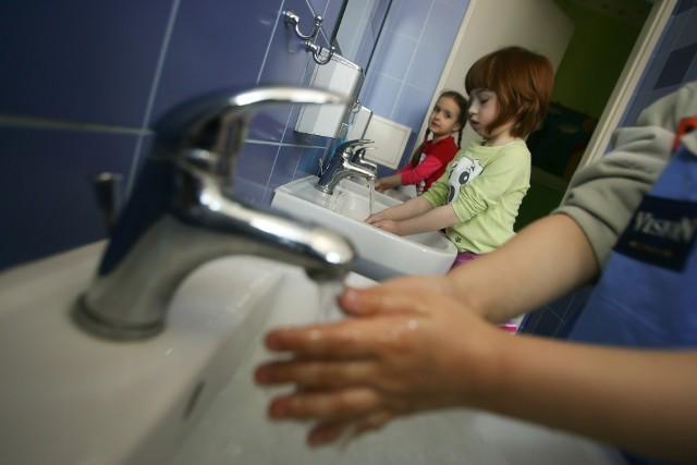 W szkołach i przedszkolach dzieciom codziennie przypomina się o prawidłowym myciu rąk