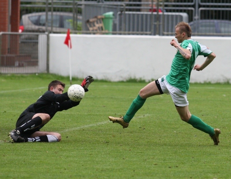 Mateusz Wiech (zielony strój) pod nieobecnosć innych zawodników ostatnio wychodzi w podstawowej jedenastce Gryfa.