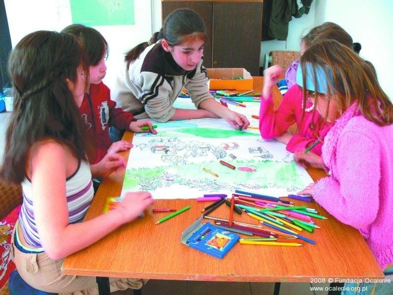 Fundacja Ocalenie prowadzi m.in. warsztaty dla dzieci uchodźców.  W jej świetlicy najmłodsi nie tylko się bawią, ale też uczą się języka polskiego.