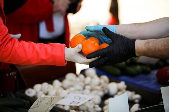 Idąc na zakupy na targ czy do sklepu, musisz mieć swoje rękawiczki jednorazowe?