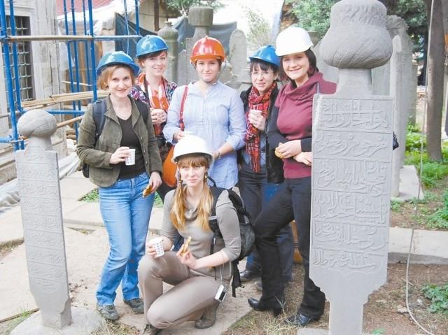Konserwatorzy z Nysy odwiedzili cmentarz w Istambule, gdzie prowadzone są prace renowacyjne. Na zdjęciu: dr Małgorzata Korpała (z lewej), Jadwiga Racheniuk, Agata Fiszer, Aleksandra Hola, mgr Anna Opałka oraz Katarzyna Klimek (u dołu).
