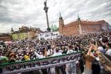 Mistrzowska feta Legii Warszawa na placu Zamkowym [ZDJĘCIA] Piłkarze w końcu odebrali medale. Świętowali z tysiącami kibiców [WIDEO]