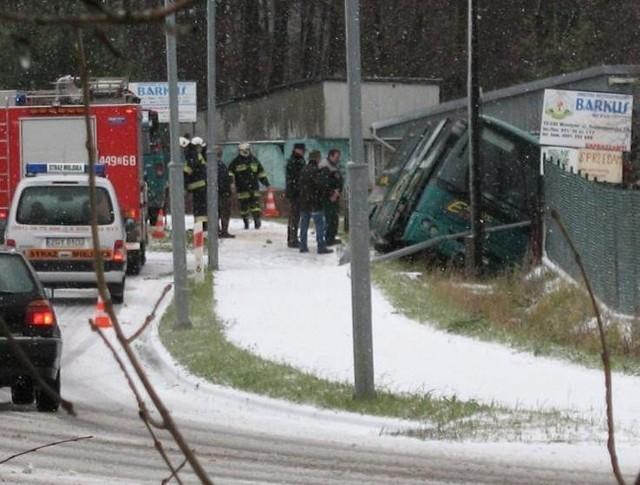 Zdarzenie drogowe w Mrzeżynie - bus wjechał w ogrodzenie.