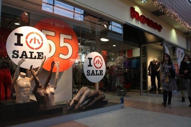 W sklepach odziezowych już zaczęły się poświateczne wyprzedaże i chętnych na zakupy po okazyjnych cenach nie brakuje
