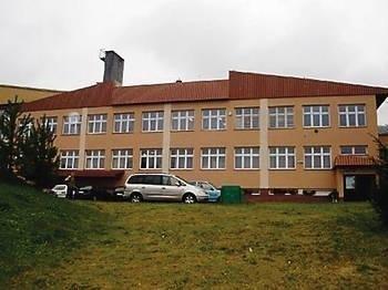 Budynek Gimnazjum w Trzebuni, w pobliżu którego ma stanąć przekaźnik FOT. archiwum szkolne
