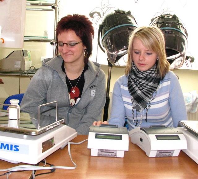 - Obsługa kasy nie jest skomplikowana - mówią Monika Bytner (od lewej) i Marlena Dziankowska