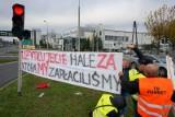 Domagają się pieniędzy od Volkswagena. Kolejny protest przed fabryką Volkswagen Poznań [ZDJĘCIA]