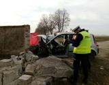 Śmiertelny wypadek pod Śremem. Samochód osobowy uderzył w mur. Zginęły dwie młode osoby