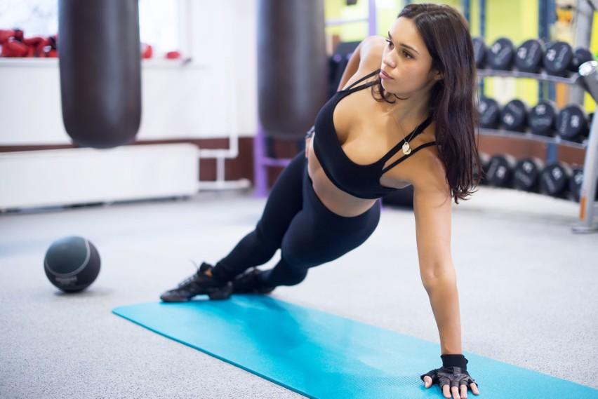 To kompleksowy trening angażujący do pracy całe ciało....