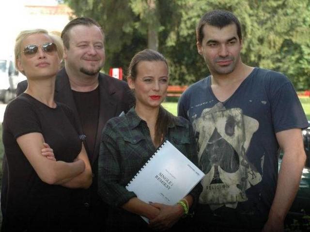 Weronika Książkiewicz, Olaf Lubaszenko, Anna Mucha i Wojciech Medyński w środę przed pałacem w Mierzęcinie. Lesław Żurek musiał opuścić ekipę dzień wcześniej.