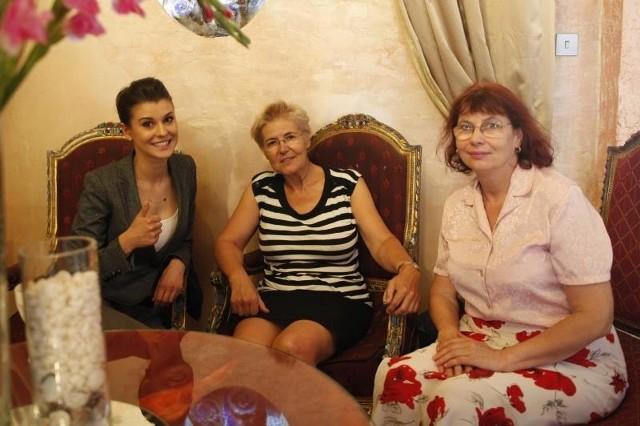 Katarzyna Krzeszowska, Miss Polski 2012, zabrała uczestniczki projektu do fryzjera i wizażysty. Potem ruszyły w rajd po sklepach. Na zdjęciu z paniami Bożeną i Małgorzatą.
