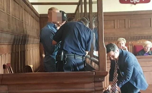 """We wtorek, 24 lipca, poznaliśmy wyrok w głośnej sprawie ataku na dwie młode kobiety w centrum Katowic. Sprawca pociął im twarze rozbitą butelką. - Do tej pory Sebastian K. otrzymywał """"penitencjarne klapsy"""". W przypadku oskarżonego jest już za późno na takiego klapsa. Musi to być zatem solidne """"lanie penitencjarne"""" - podkreślał prokurator Artur Ott w mowie końcowej."""