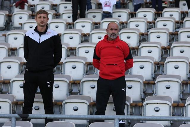 Michał Probierz (z prawej) i jego asystent Grzegorz Kurdziel mecz oglądali z trybun