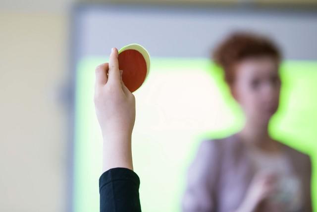 Dopiero we wrześniu będzie wiadomo, ilu nauczycieli będzie musiało odejść od tablicy.