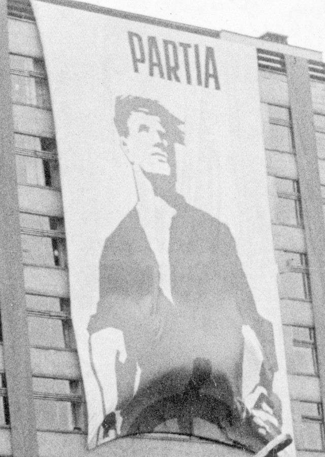 Tysiące plakatów, portretów i haseł, które miały trafić do serc. Miliony szturmówek. Dzięki  świętu ludzi pracy  artyści mieli z czego żyć, bo władza nie oszczędzała na propagandzie.