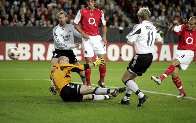 Fredrick Ljungberg (z prawej) zdobywa pierwszego gola dla Arsenalu w meczu z Rosenborgiem w Trondheim.