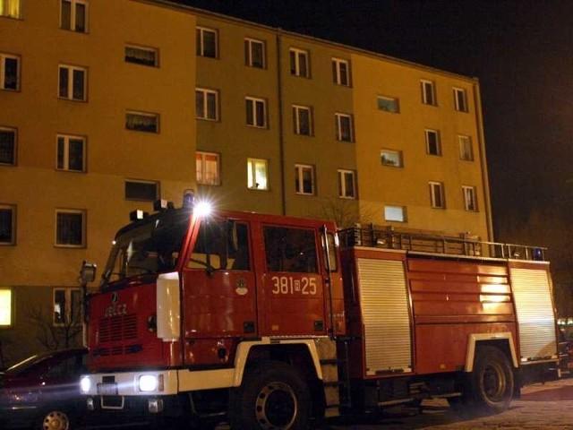 Ulica Dekutowskiego w centrum Tarnobrzega to kolejne miejsce, gdzie służby ratunkowe mają problem z dojazdem do bloków.