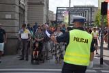 Kiełbasa i cztery kromki chleba. Oto prowiant dla policjantów, którzy zabezpieczali defiladę w Katowicach
